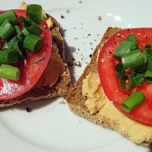 Grzanki z hummusem i warzywami