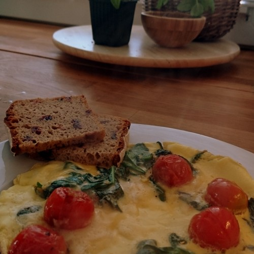 Omlet ze szpinakiem i pomidorkami koktajlowymi